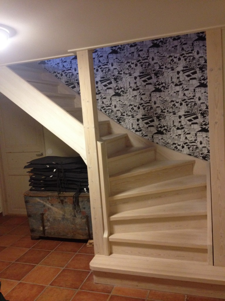 Vitlaserad trappa i massiv furu.