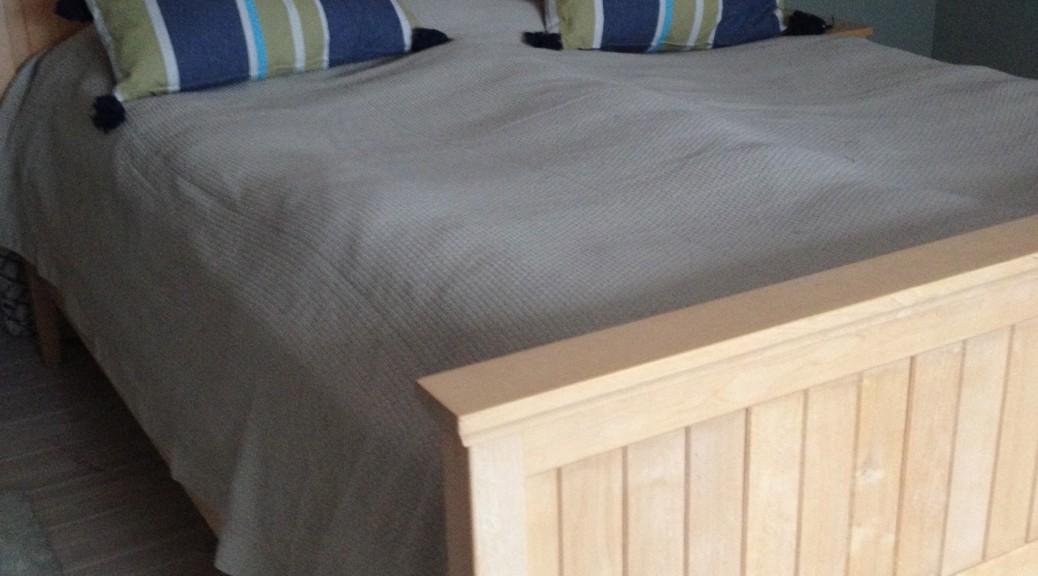 Sänggavel i massiv björk